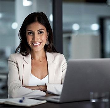 mulher sorrindo em escritório
