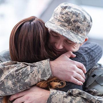 soldado abraçando mulher